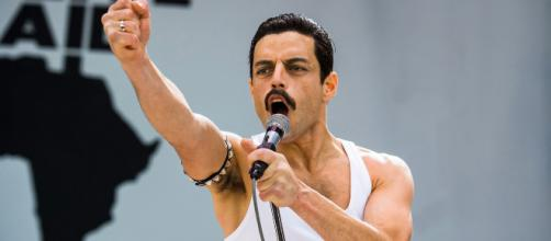 Rami Malek surpreende ao imitar trejeitos de Freddy Mercury, líder da banda Queen - Foto: acervo Blasting News
