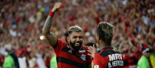 Gabriel e B. Henrique após o gol do Flamengo contra LDU (Divulgação/Flamengo)
