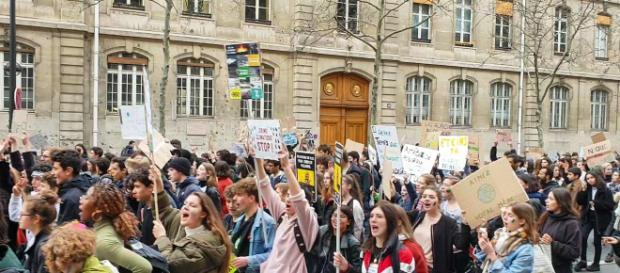 A Parigi migliaia i giovani in piazza per l'ambiente.