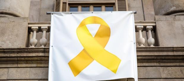 El Ayuntamiento de Barcelona coloca de nuevo el lazo amarillo