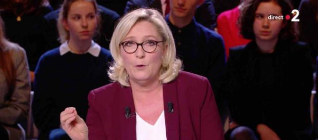 Marine Le Pen s'emmêle les pinceaux sur le SMIC - dailymotion.com