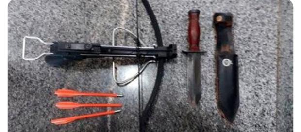 O homem utilizava uma besta, arma parecida com a que estava com um dos assassinos na escola em Suzano (foto: reprodução/ PMDF)