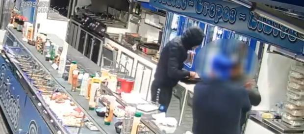 Prendono a schiaffi dipendente e rapinano panineria, due arresti