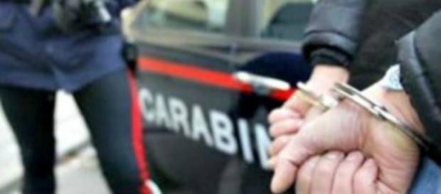 Brescia, curava malati terminali di cancro con ortica e camomilla: arrestato finto medico.