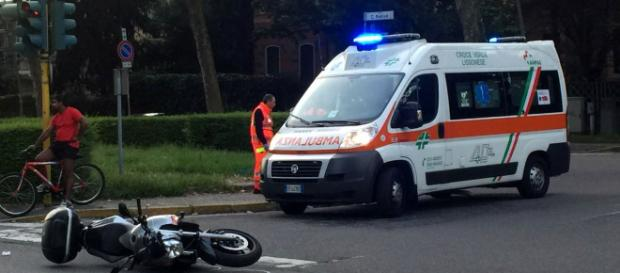 Napoli, schianto in moto, muore a 17 anni: donati gli organi, il dolore a scuola.