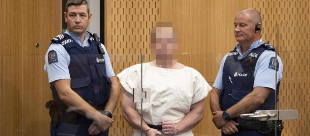 Nuova Zelanda, il killer della strage di Christchurch in tribunale fa il gesto dei suprematisti