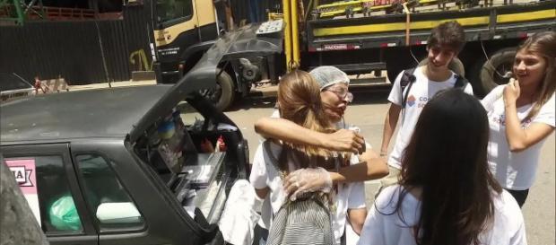 Os universitários fizeram o possível e ajudaram a vendedora (Foto: Reprodução TV Globo)