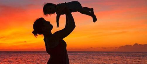 Reddito di maternità, mille euro al mese (per 8 anni) per fare la mamma