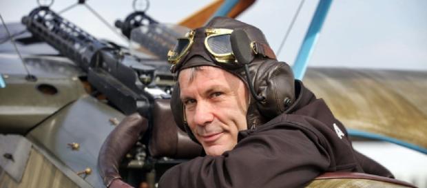 Bruce Dickinson, cantante degli Iron Maiden e pilota d'aerei