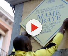 La placa que recuerda al mantero fallecido en Lavapiés. / EFE