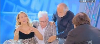 Gaffe osé di Barbara D'Urso, la gonna si solleva in diretta: 'Copriamo subito'