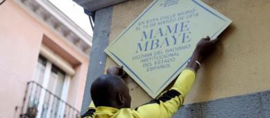 VOX amenaza con retirar la placa de homenaje a Mame Mbaye si Carmena no lo hace