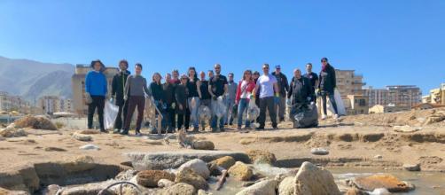 I volontari di Azzizzart sul litorale palermitano