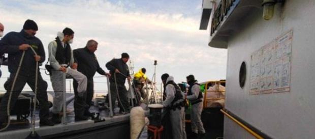 La Mare Jonio a ridosso di Lampedusa e la Gdf che sale a bordo.