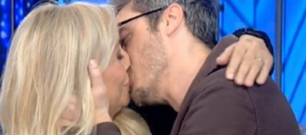 Mara Venier bacia Pif sulle labbra