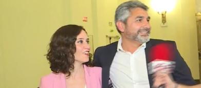 Cortés coquetea con Ayuso y la define como 'esta belleza' delante de las cámaras