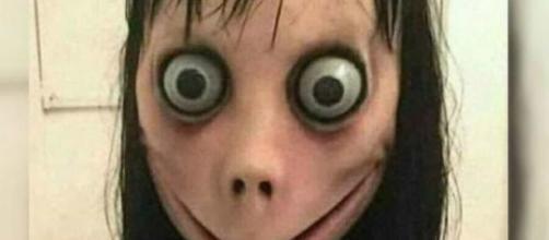Boneca Momo aparece em vídeos voltados a crianças. (Arquivo Blasting News)