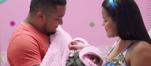 Itzamara, com os pais, foi submetida a uma cesárea, para retirada do irmão gêmeo. (Foto: Reprodução/ Los Informantes)