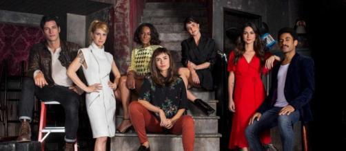 Na foto o elenco da série brasileira 'Coisa Mais Linda', da Netflix (Divulgação/Netflix)