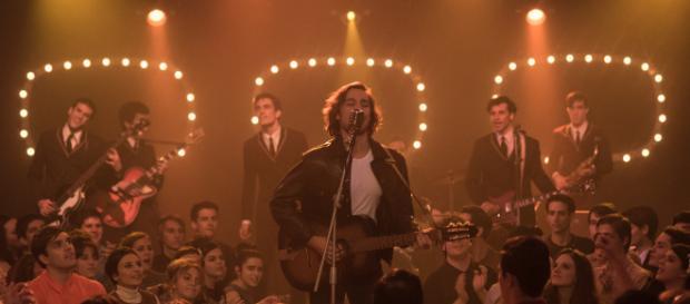 Carlos Cuevas cantando en la serie '45 Revoluciones'