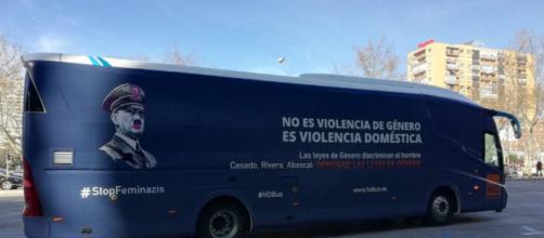 El nuevo autobús de Hazte Oír, en el aparcamiento del Bernabéu. / EUROPA PRESS