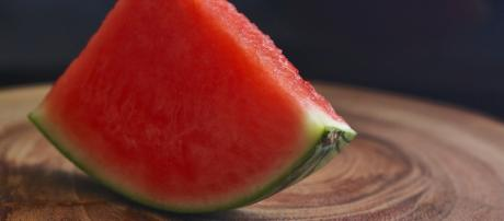 Eating watermelon in summer can help you stay hydrated and is rich in vitamins (image credit : Aline ponce from pixabay)