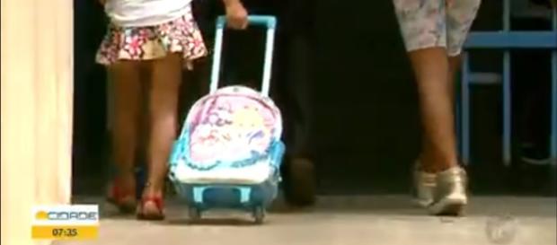Professora em Franca fiscaliza mochilas em sala de aula. (Reprodução/TV Tem/Rede Globo)