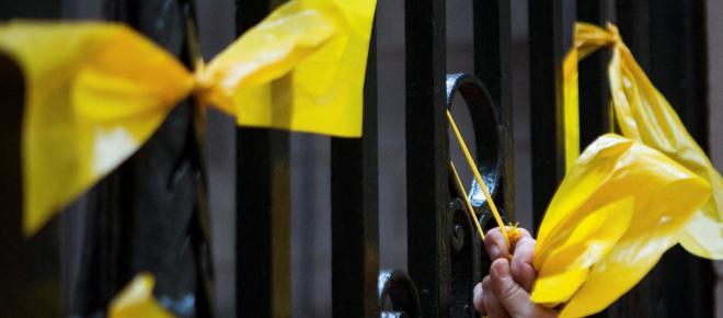 Los lazos amarillos siguen en las fachadas pese al requerimiento de la Junta Electoral