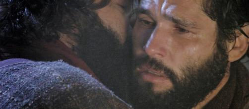 Judas trai Jesus com beijo no rosto (Divulgação/RecordTV)