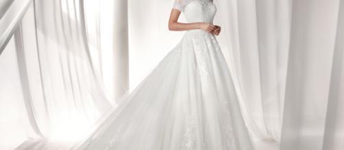 La nuova tendenza per i matrimoni è abito bianco e sneakers.