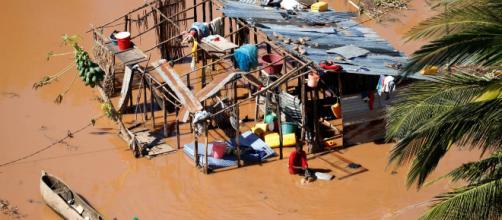Pessoas andam pelas ruas buscando comida em Moçambique. (Arquivo Blasting News)