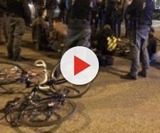 Scontri e tensione tra ciclisti e polizia