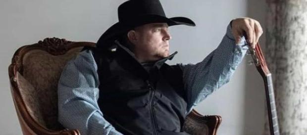 Cantor de country morre ao atirar em si mesmo em gravação de clipe (Arquivo Blasting News)