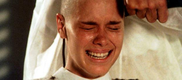Carolina Dieckmann raspou o cabelo para a novela 'Laços de Família'. (Reprodução/Rede Globo)