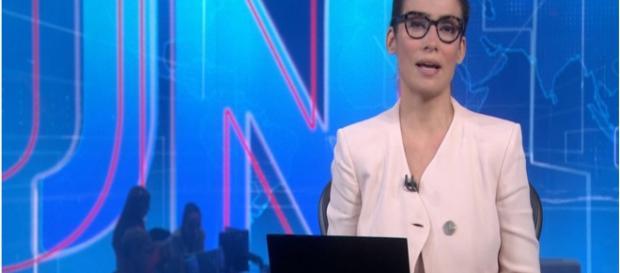 Renata Vasconcellos quase mostra demais ao vivo (Foto: Reprodução/TV Globo)