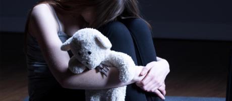 Pedofilo resta in libertà: 'Non può andare in carcere perché è un nano'.
