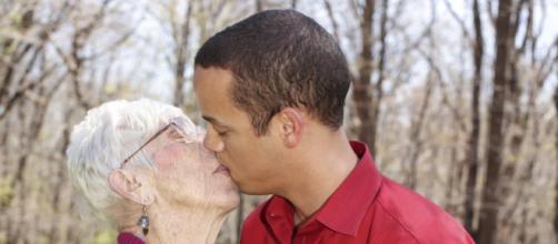 Kyle Jones, 31 ans, sort avec une vielle dame de 91 ans