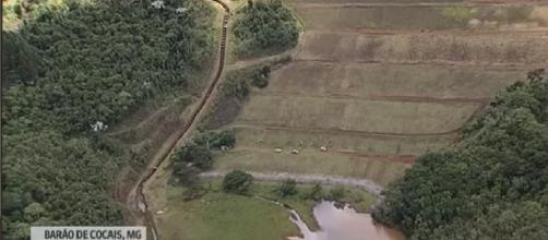 Por medo de serem pegos de surpresa, moradores fazem vigília próximo ao rio. (Foto: Reprodução/GloboNews)