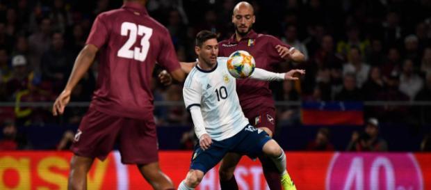 Argentina-Venezuela 1-3, Messi contrastato dai difensori della 'Vinotinto'