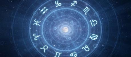 Oroscopo del giorno 25 marzo: per il Sagittario giornata travolgente e fortunata