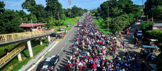 Nueva caravana de inmigrantes sigue camino a Estados Unidos. - espanol24.com