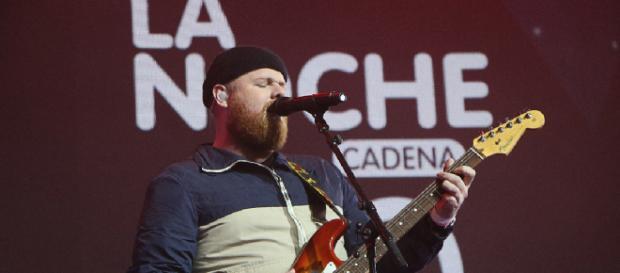 Tom Walker canta 'Leave a Light On' en La Noche de Cadena 100
