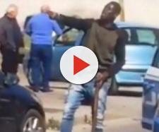Caserta, immigrato armato di bastone semina il panico: 'Vi ammazzo tutti, Paese di m....'