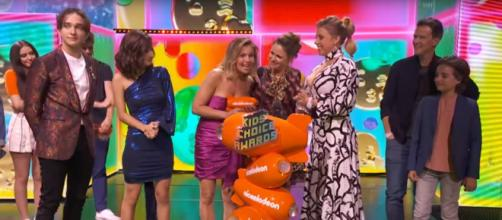 Candace Cameron Bure doesn't mention names but stands for her friend and TV family at the Kids Choice Awards. - [Nickelodeon / YouTube screencap]