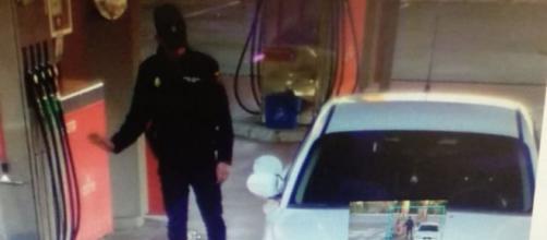 Fotografía de las cámaras de seguridad de la gasolinera donde el policía se fue sin pagar