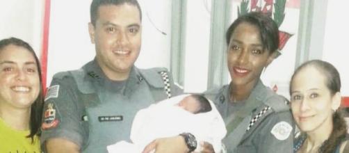 Policiais militares ao lado das mulheres que encontraram a recém-nascida. (Divulgação/Polícia Militar)