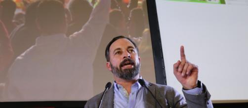 Santiago Abascal, el presidente de VOX, se defiende de críticas de Aznar