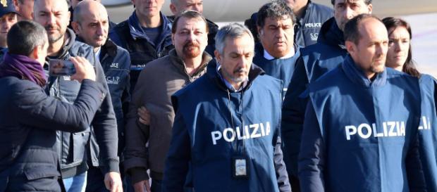 Cesare Battisti conferma gli omicidi di cui è accusato - today.it