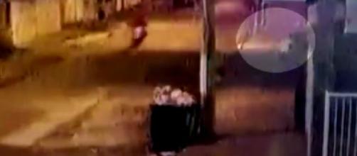 Câmera de segurança mostra momento em que pessoa abandona bebê em Guarujá. (Reprodução/Câmera de segurança)