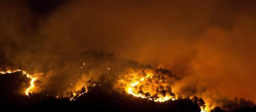 Incendio a Genova non da segni di smettere